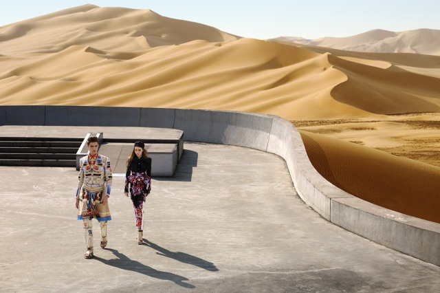 IAR_givenchy-2014-spring-summer-driving-the-dunes-of-erg-chebbi-editorial-1